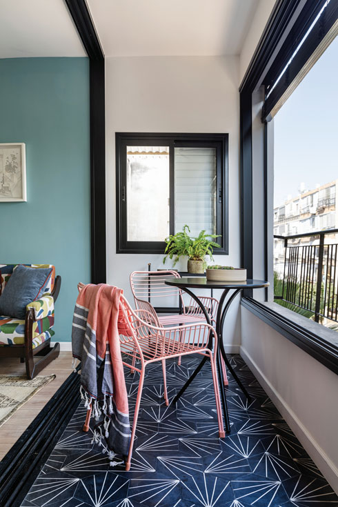 הכיסאות במרפסת נקנו באייטמס ומשתלבים היטב בתמהיל של ישן, מחודש וחדש (צילום: אורית ארנון)