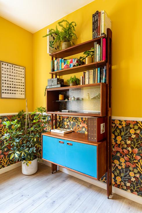 חדר העבודה. הקירות מהווים תפאורה מושלמת לרהיטים מיד שנייה שנקנו בזירת המסחר של פייסבוק (צילום: אורית ארנון)