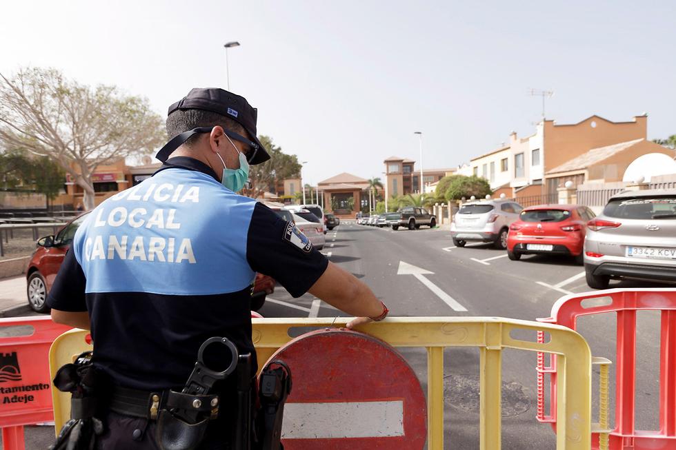 Полиция блокирует отели на Тенерифе. Фото: EPA