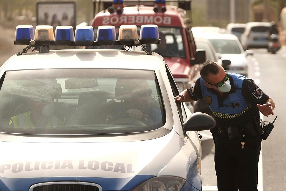 Полиция блокирует отели на Тенерифе. Фото: AP
