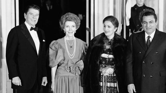מצרים חוסני ו סוזן מובארק עם רונלד ו ננסי רייגן הבית הלבן 1982 (צילום: AP)