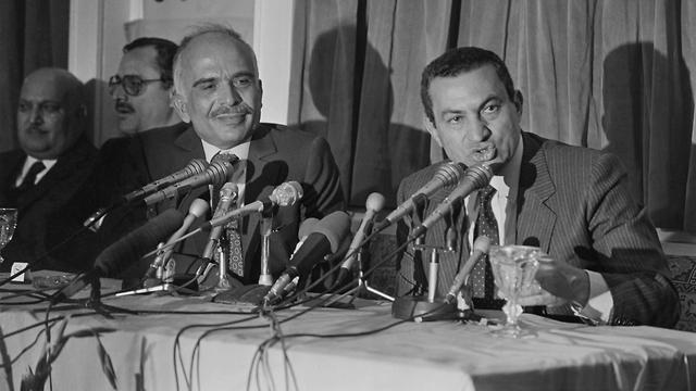 מצרים חוסני מובארק עם המלך חוסיין 1985 (צילום:  AFP)