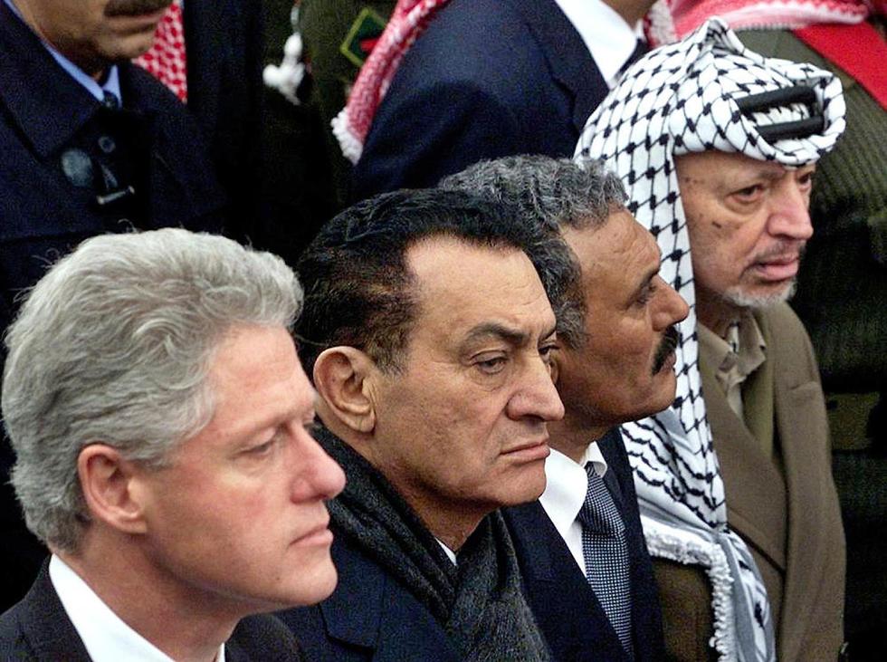 מצרים חוסני מובארק ביל קלינטון ו יאסר ערפאת בהלוויית המלך חוסיין ירדן 1999 (צילום: AFP)