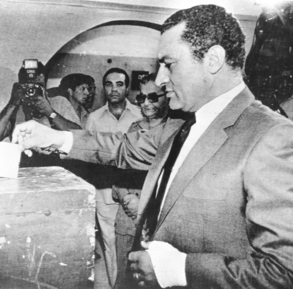 מצרים חוסני מובארק מצביע קלפי 1981 (צילום: MCT)