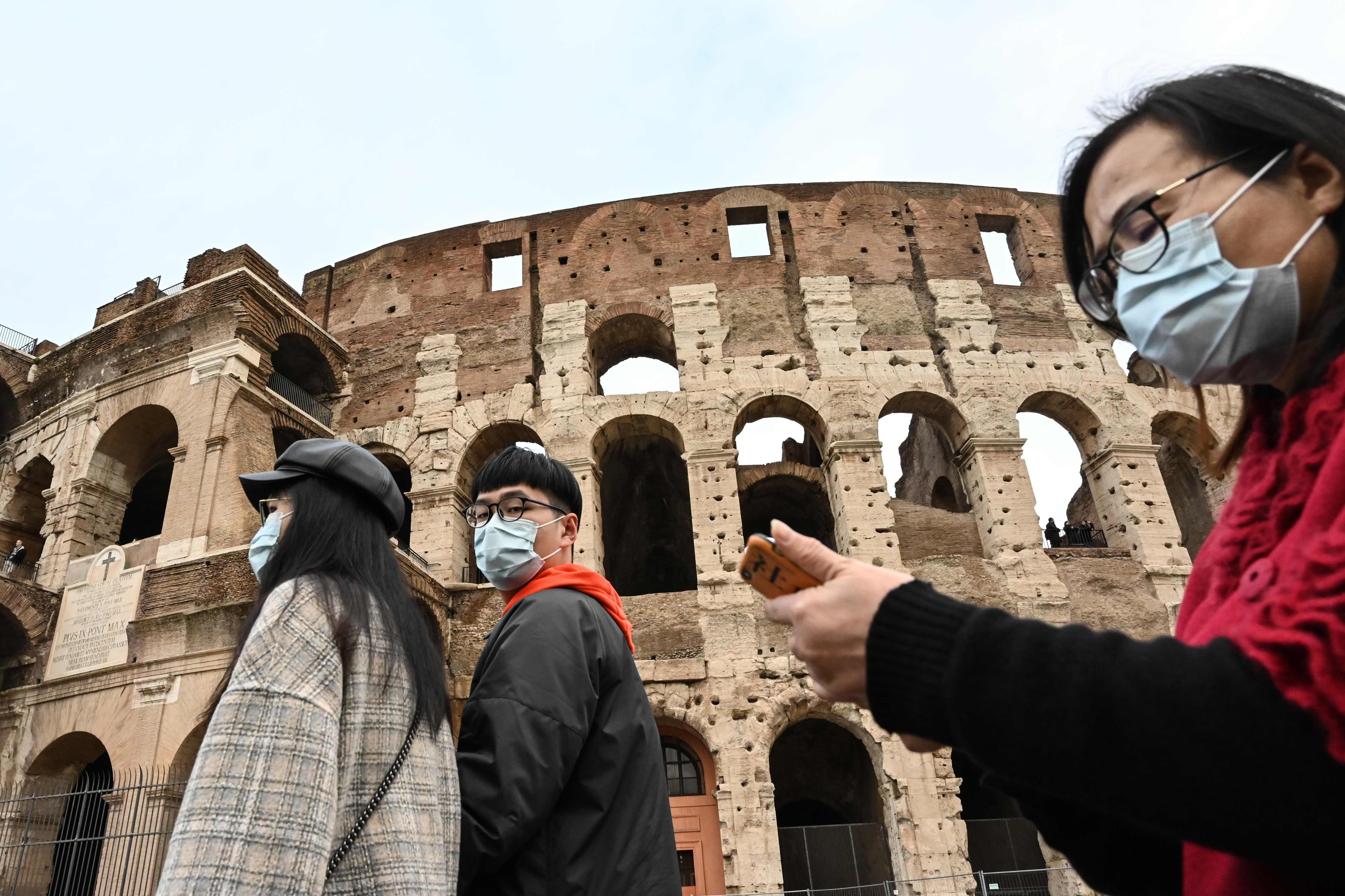 תיירים בקוליסאום ברומא (צילום: AFP)
