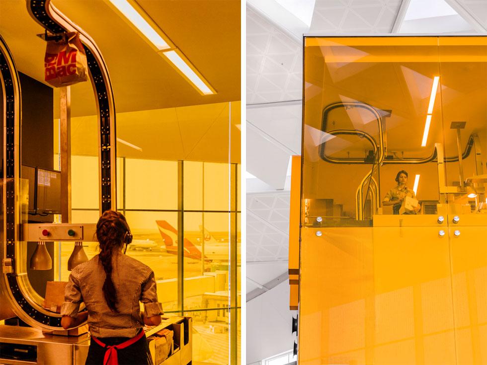 קופסת זכוכית שקופה וזהובה כצבע הלוגו מקיפה את המטבח, שמוצג לראווה. צוות העובדים, שבדרך כלל נמצאים בחללים פנימיים ונטולי חלונות, קיבלו עמדת תצפית מרשימה למסלולי ההמראות והנחיתות (צילום: Trevor Mein)