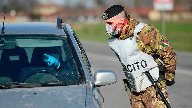 איטליה מחסום בעיירה ליד מילאנו וירוס נגיף קורונה (צילום: AFP)