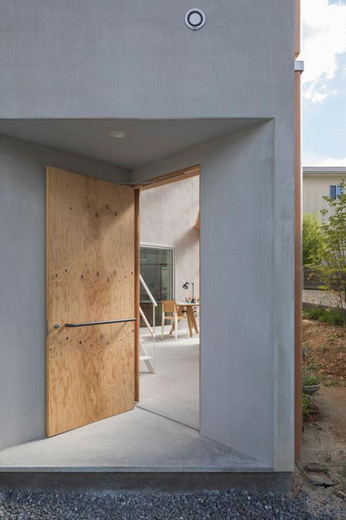 דלת הכניסה, עם מבואה חיצונית מקורה (צילום: shinkenchiku_sha, Yosuke Ohtake and Yohei Sasakura)