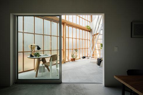 פינת האוכל נפתחת אל חדר השמש (צילום: shinkenchiku_sha, Yosuke Ohtake and Yohei Sasakura)