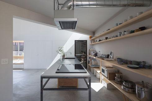 במטבח אי קליל, מדפים פתוחים - וארון גדול הנטמע בקיר (לבד מהמקרר השחור) (צילום: shinkenchiku_sha, Yosuke Ohtake and Yohei Sasakura)