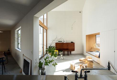 מבט מהמטבח אל הסלון (צילום: shinkenchiku_sha, Yosuke Ohtake and Yohei Sasakura)