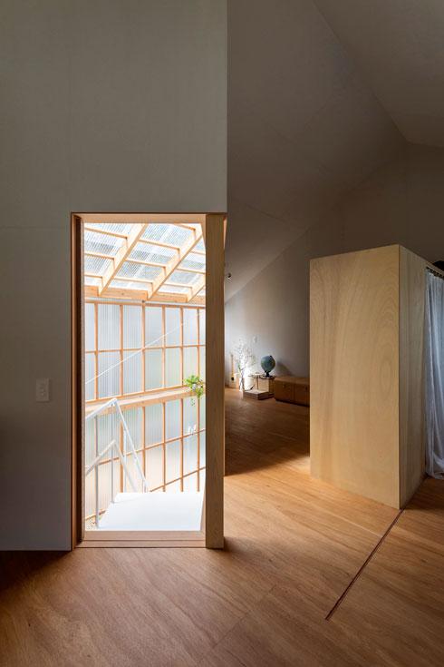 הכניסה לחדר השינה. מאחורי הארון חדרון משולש (צילום: shinkenchiku_sha, Yosuke Ohtake and Yohei Sasakura)