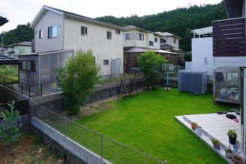 הגינה, ממנה אפשר לראות את חדר השמש בבית השכן. לא בדיוק גינות זן (צילום: shinkenchiku_sha, Yosuke Ohtake and Yohei Sasakura)