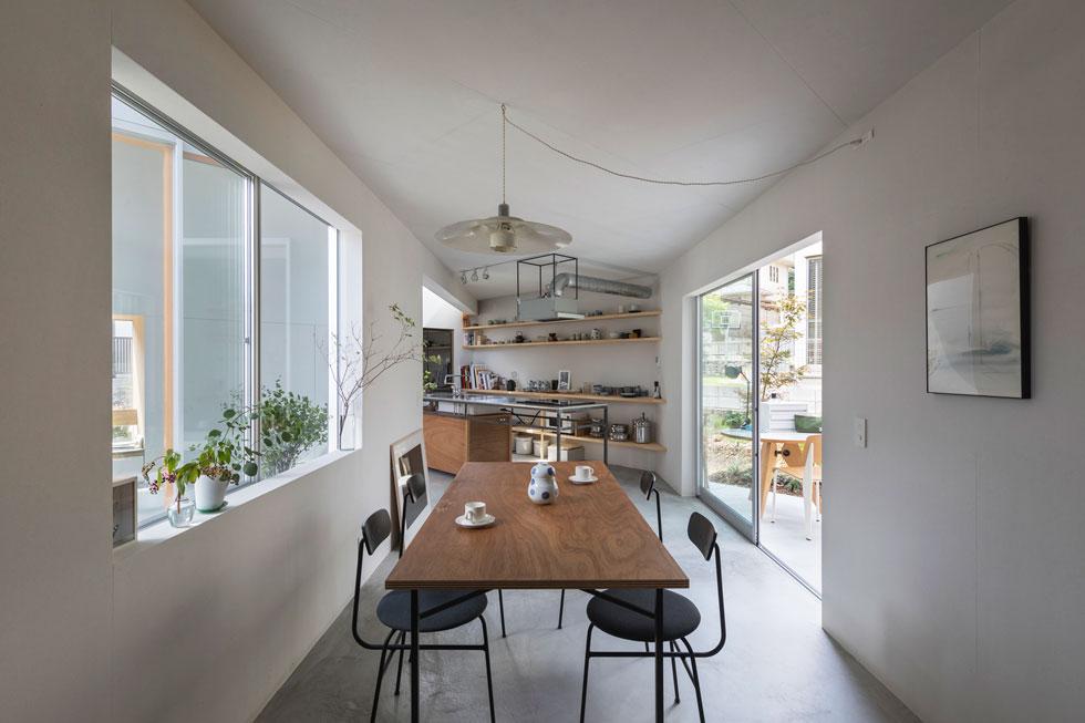 ויטרינה גדולה מחברת בין חדר השמש לפינת האוכל, הנמצאת במעבר המוביל למטבח (צילום: shinkenchiku_sha, Yosuke Ohtake and Yohei Sasakura)