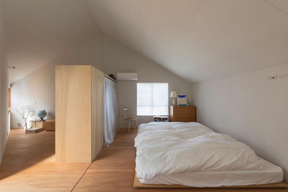 הרצפה והרהיטים עשויים עץ בהיר. רק ארון גדול, שאינו מגיע לתקרה, מחלק את המרחב (צילום: shinkenchiku_sha, Yosuke Ohtake and Yohei Sasakura)