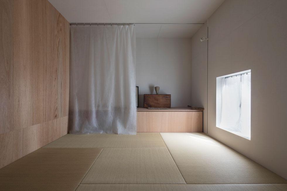 יוצא דופן בבית הוא חדר הטאטאמי המסורתי, המוגדר כחדר אורחים. אין לו מרפסת, צורתו רבועה, ורצפתו מכוסה מקיר לקיר במחצלות הקש, שגודלן קבוע. את מזרוני הפוטון נהוג לאחסן בארון (צילום: shinkenchiku_sha, Yosuke Ohtake and Yohei Sasakura)