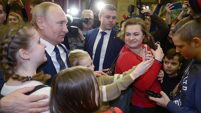 מוסקבה רוסיה ולדימיר פוטין מבקר בפארק שעשועים חדש (צילום: AFP)