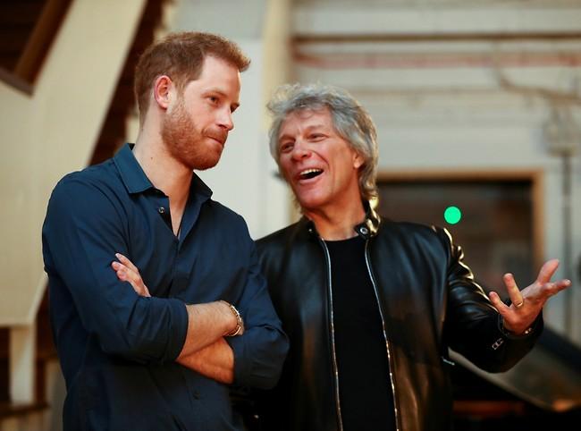 מחכים למייגן. הנסיך הארי וג'ון בון ג'ובי (צילום: Gettyimages)
