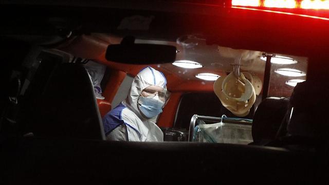 החולה מנס ציונה נכנסת לבית החולים שיבא (צילום: שאול גולן )