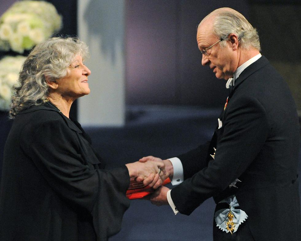 עדה יונת מקבלת את פרס נובל (צילום: AFP)