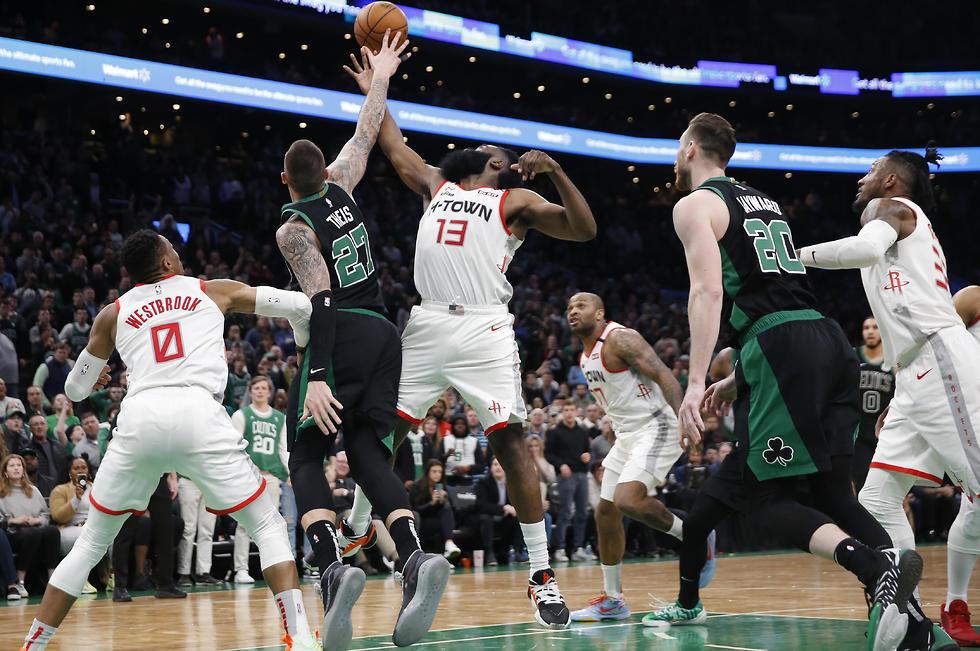 המאבק בין בוסטון ליוסטון היה צמוד ומרתק (צילום: AP)
