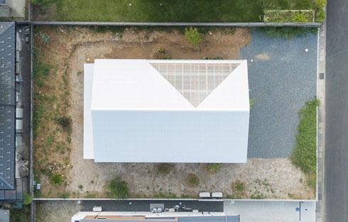 בית מלבני עם משולש שקוף בגג (צילום: shinkenchiku_sha, Yosuke Ohtake and Yohei Sasakura)