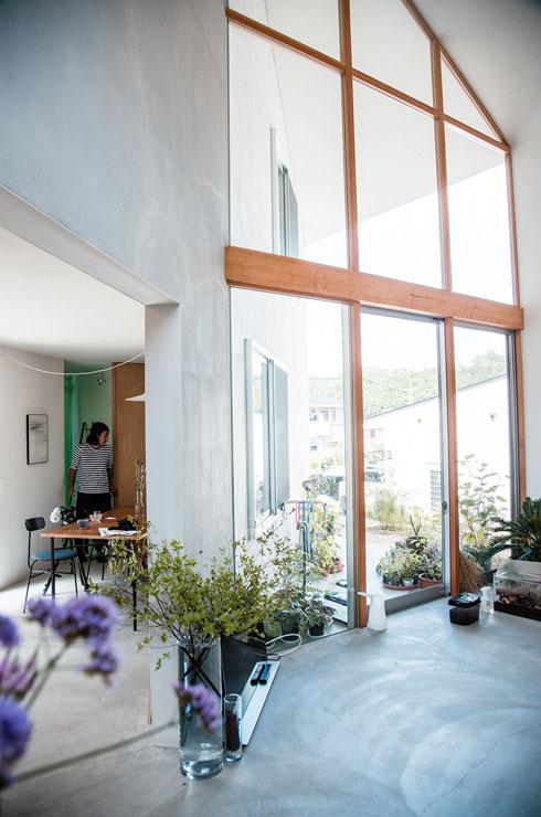 מצדה השני מרפסת משותפת עם הסלון (צילום: shinkenchiku_sha, Yosuke Ohtake and Yohei Sasakura)