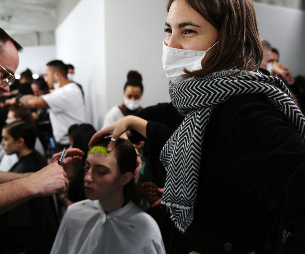 רוב הדוגמניות ואנשי הצוות בחדרי האיפור והשיער עובדים מסביב לעולם, עוברים ממקום למקום, ואל פריז הגיעו היישר ממילאנו, בירת האופנה של איטליה, בה עולה מספר הנדבקים מיום ליום (צילום: rex/asap creative)