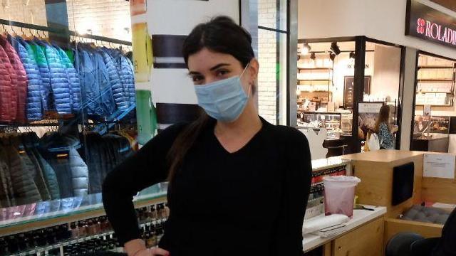 Сотрудница одного из магазинов в торговом центре в Гиватаиме. Фото: Шауль Голан