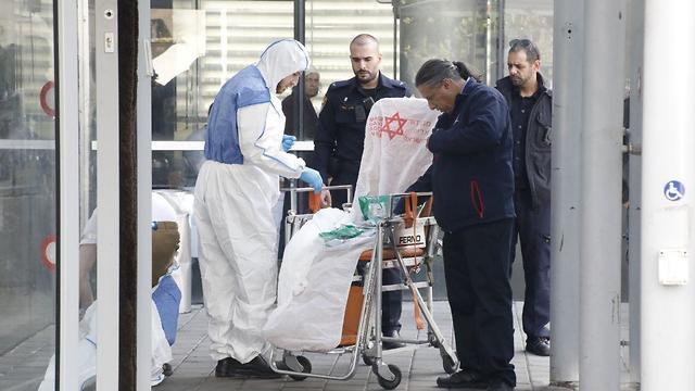 Бригада МАДА готовится к эвакуации больного из торгового центра. Фото: Шауль Голан