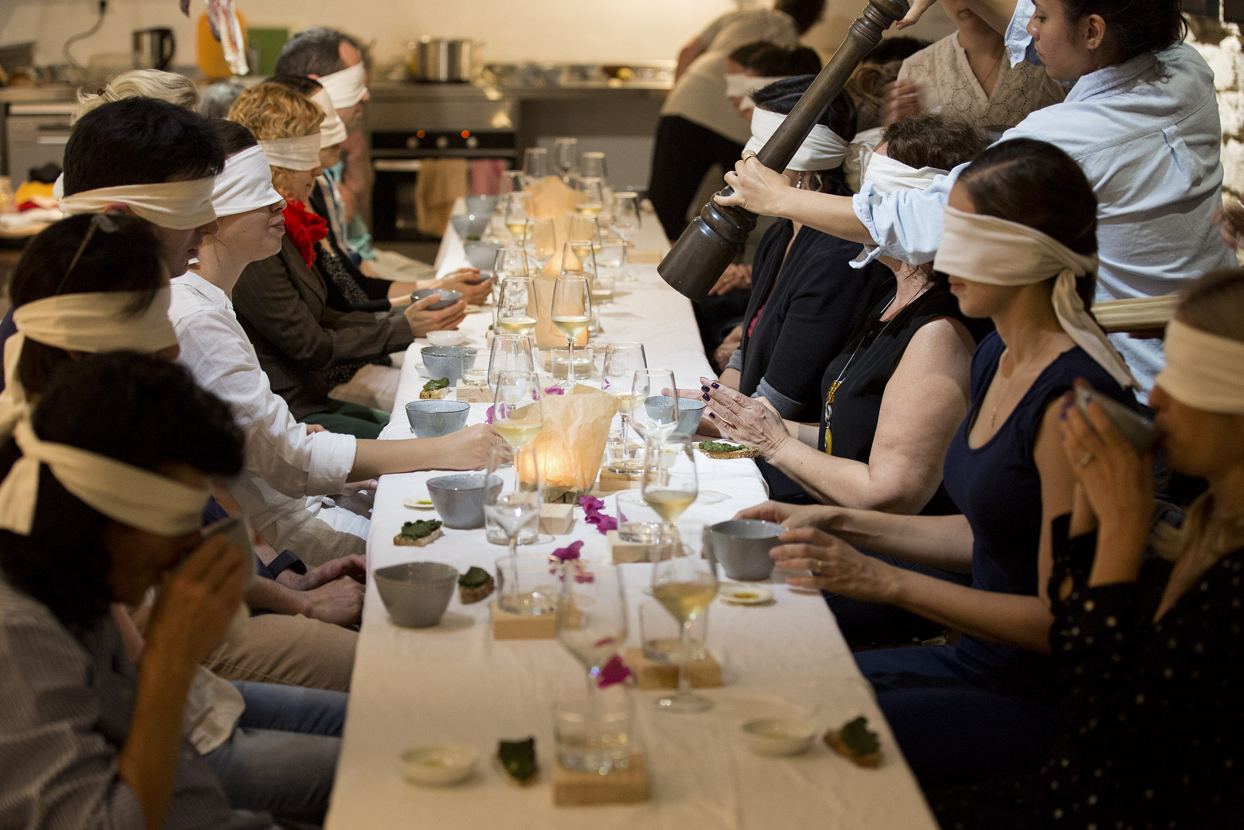 לאכול ללא עיניים (צילום:  Laura Lachmann)