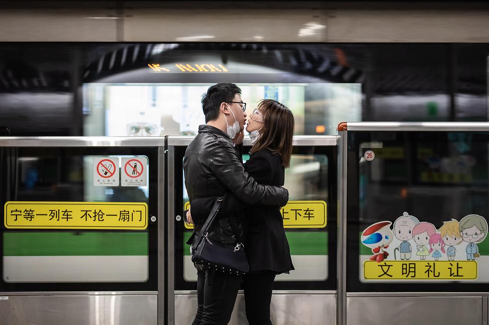 זוג מתנשק ב שנגחאי סין וירוס נגיף קורונה (צילום: EPA)