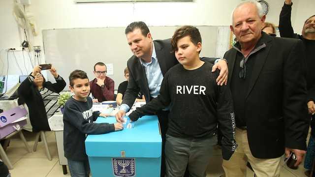 איימן עודה מצביע בקלפי בחיפה (צילום: אלעד גרשגורן)