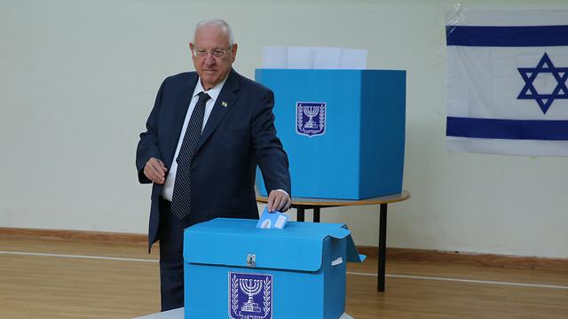 ראובן ריבלין מצביע בקלפי בירושלים (צילום: עמית שאבי)