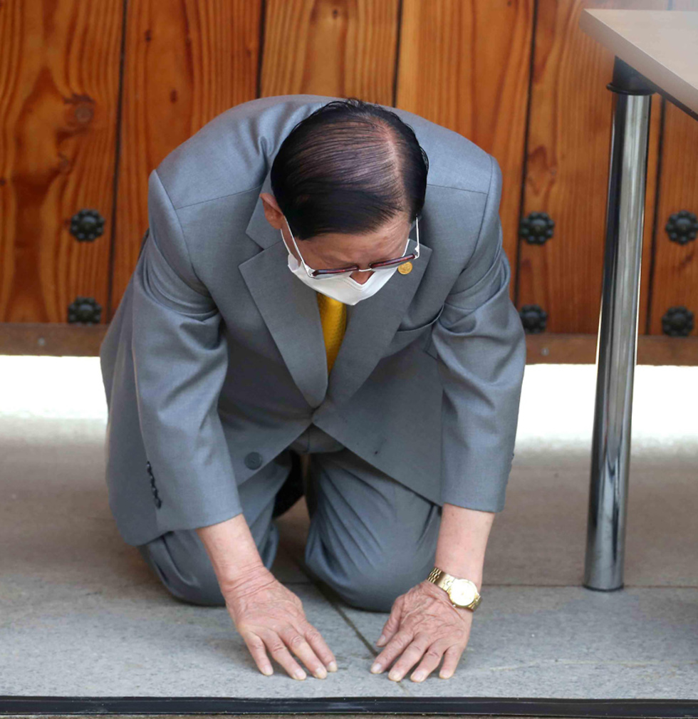"""Глава религиозного движения """"Церковь Иисуса Синчхонджи"""" просит прощения у народа за заражение коронавирусом. Фото: AFP (צילום: AFP)"""