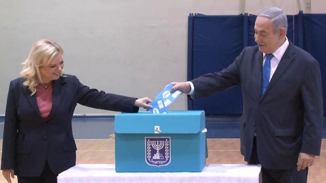 בנימין נתניהו מצביע בקלפי בירושלים (צילום: אלכס גמבורג )