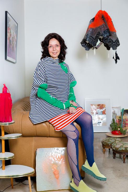 """""""בגדים אני כמעט לא רוכשת בכלל, ולבגדים שיש לי בארון אני עושה Upcycling"""" (צילום: ענבל מרמרי)"""