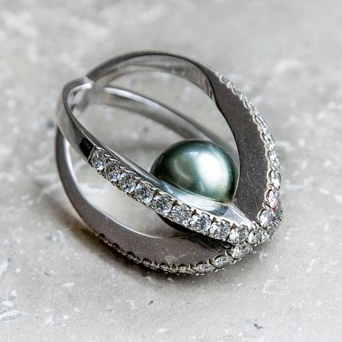"""טבעת. """"שלושה חודשים לפני הבר מצווה של ישי, שהיום בן 24 ולומד בקופנהגן, גנבו לי את כל התכשיטים. אז עיצבתי אותה לעצמי כמתנה"""" (צילום: ענבל מרמרי)"""