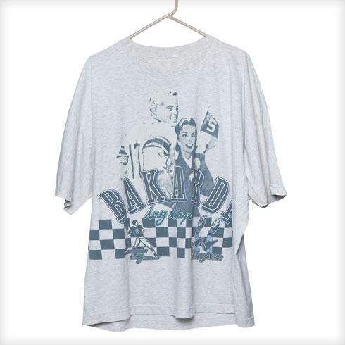 """חולצת טי מודפסת, בקארדי. """"עבדתי שם כמעצבת עד שנת 1987. החולצה הזאת נשמרה מאז 1981. היא מעשה ידיי, לא היה אז פוטושופ, כלום. אתה יודע שמוטי רייף היה דוגמן הבית שלי שם?"""" (צילום: ענבל מרמרי)"""