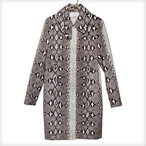 """מעיל מנוחש, קלואה. """"רוני בעלי רכש לי אותו במתנה בלונדון בשנת 2010. הוא אחד המעילים היפים שיש לי בארון"""" (צילום: ענבל מרמרי)"""