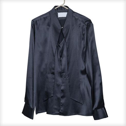 """חולצת סאטן, מרטין מרג'יאלה. """"קיבלתי אותה כ'שכר' על תערוכה שעשיתי בקום איל פו באוגוסט 2007. עד היום לא היתה לי את ההזדמנות ללבוש אותה. אני לרוב לא לובשת שחור. זה שהיום הרכבתי לצילומים מערכת שחורה, זה נדיר"""" (צילום: ענבל מרמרי)"""