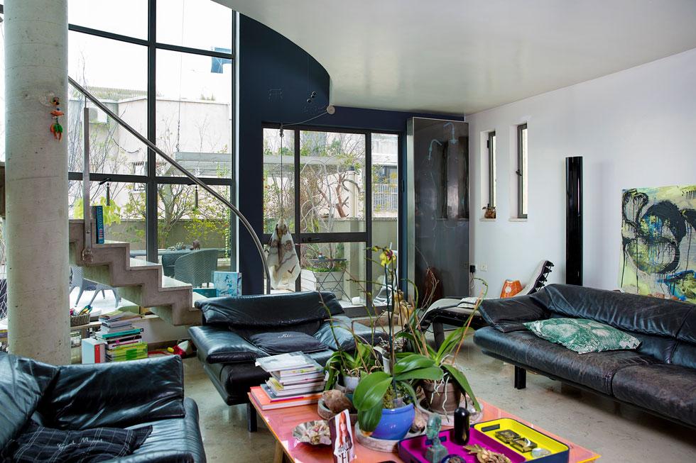 חללי הבית משלבים עבודות אמנות שיצרה וגופי תאורה בעיצובה לצד חפצי וינטג' שליקטה ומתנות שקיבלה לאורך השנים (צילום: ענבל מרמרי)
