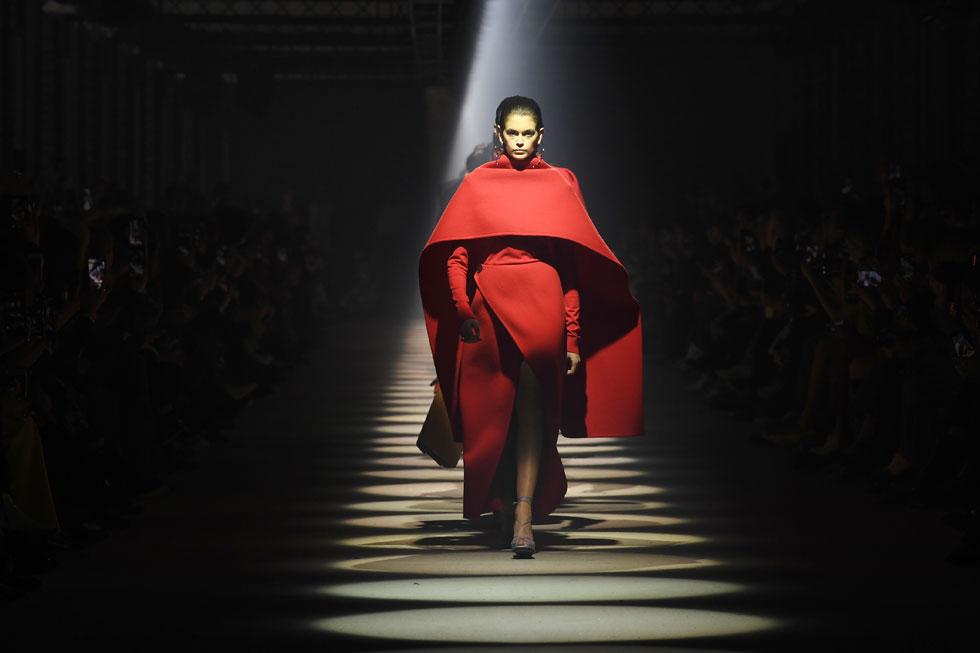 היו לא מעט רגעים יפים בתצוגה של ז'יבנשי, כאלה שבעתיד ייראו טוב על גל גדות שמנהלת שיתוף פעולה הדוק עם בית האופנה. המראה היפה והדרמטי מכל היה שמלת הגלימה האדומה שלבשה הדוגמנית קאיה גרבר. ככה מלבישים וונדר וומן (צילום: Pascal Le Segretain/GettyimagesIL)
