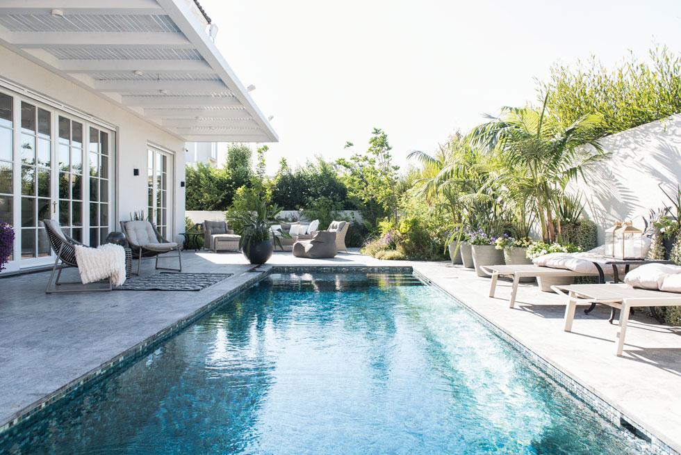 הבריכה תורמת לתחושת החופש שהאדריכל ביקש לייצר בבית (צילום: סיון אסקיו)