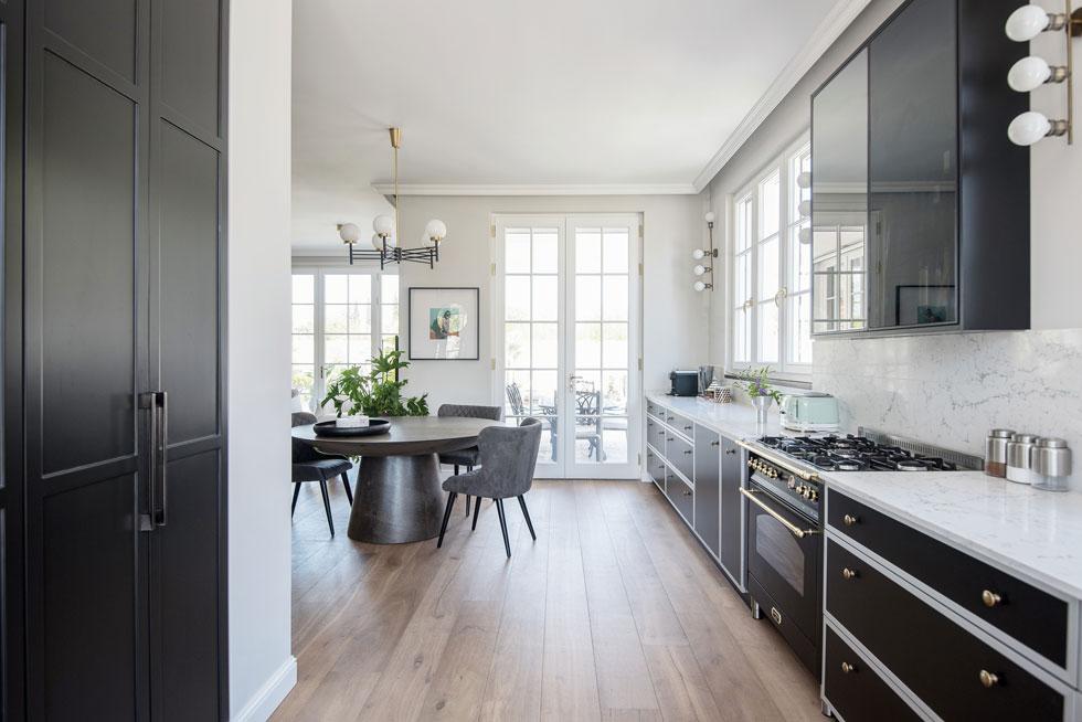המטבח, 8 מטרים אורכו, מזכיר לאונג' יוקרתי יותר ממטבח טיפוסי. בהמשך הכתבה - הפריטים שיארגנו לכם מטבח דומה (צילום: סיון אסקיו)
