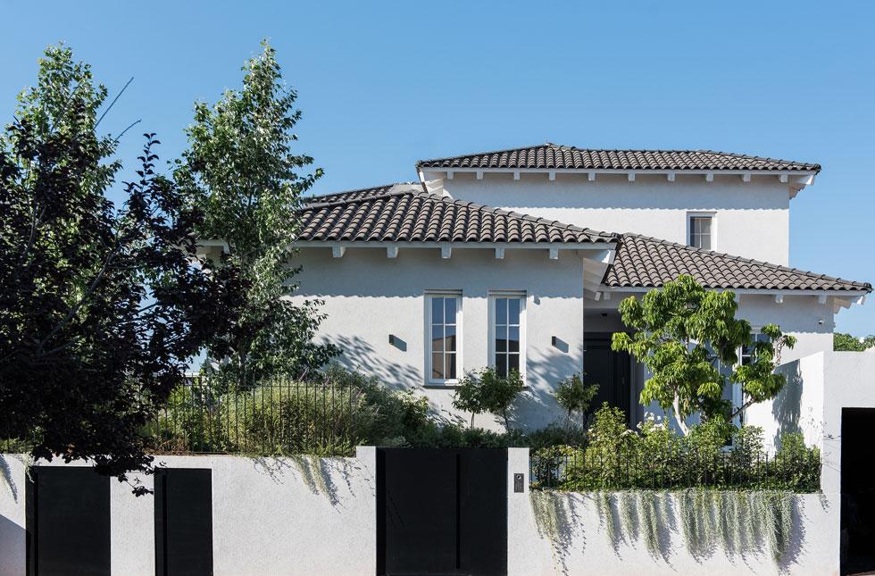 """הבית,  236 מ""""ר גודלו, ניצב על מגרש של 540 מ""""ר בקצה בוסתן פרי עונתי (צילום: סיון אסקיו)"""