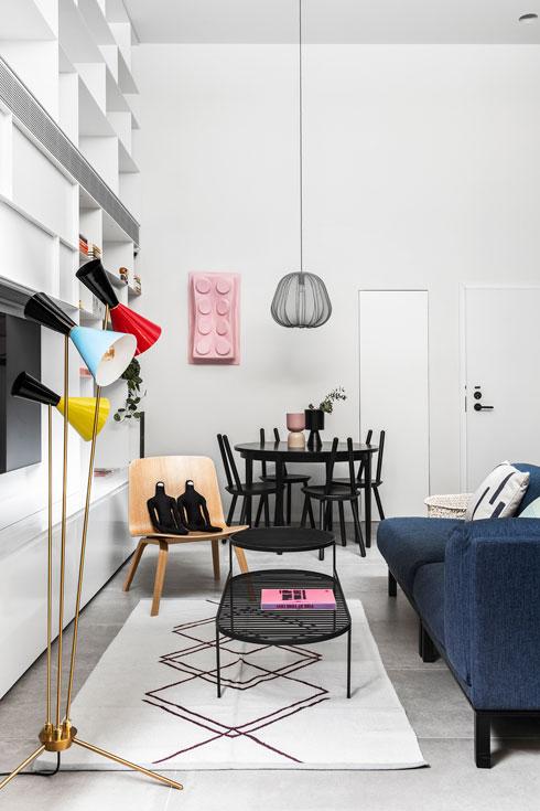 השולחן משוק הפשפשים. על מוטות העץ של כסאות האוכל (emko) אפשר להלביש רצועת בד, לישיבה נוחה. על הקיר לגו של Ame72 (צילום: איתי בנית)