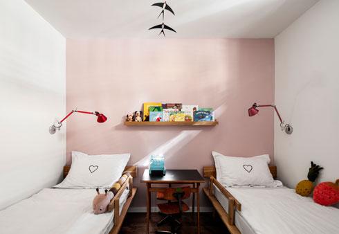 שתי מיטות עץ (תומיק) ושולחן וינטג' קטן (צילום: איתי בנית)