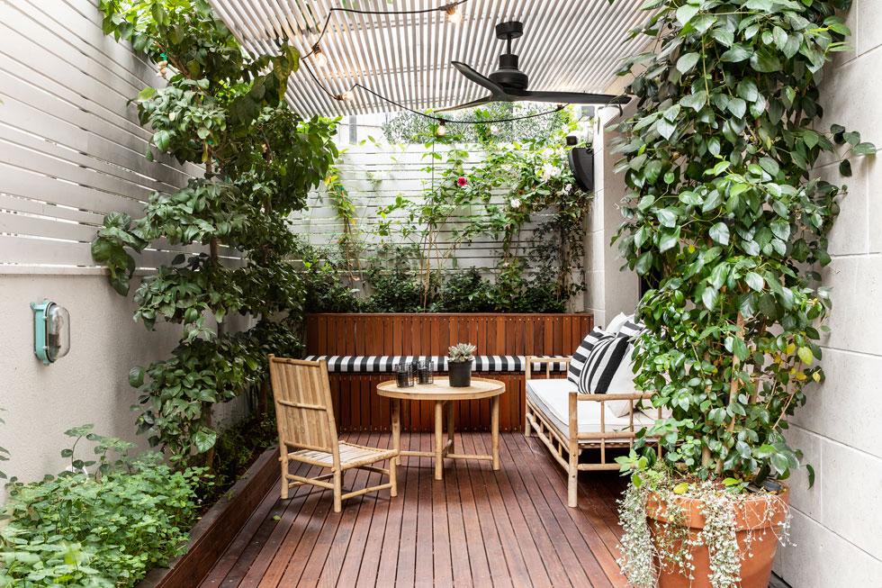 לדירת גן בפרויקט תמ''א אין הרבה מטראז', אבל יש פינת ישיבה, צמחייה ואפילו סאונה ומקלחת חוץ (לחצו כדי לראותם). עיצוב: עיני שובל אדריכלים (צילום: איתי בנית)