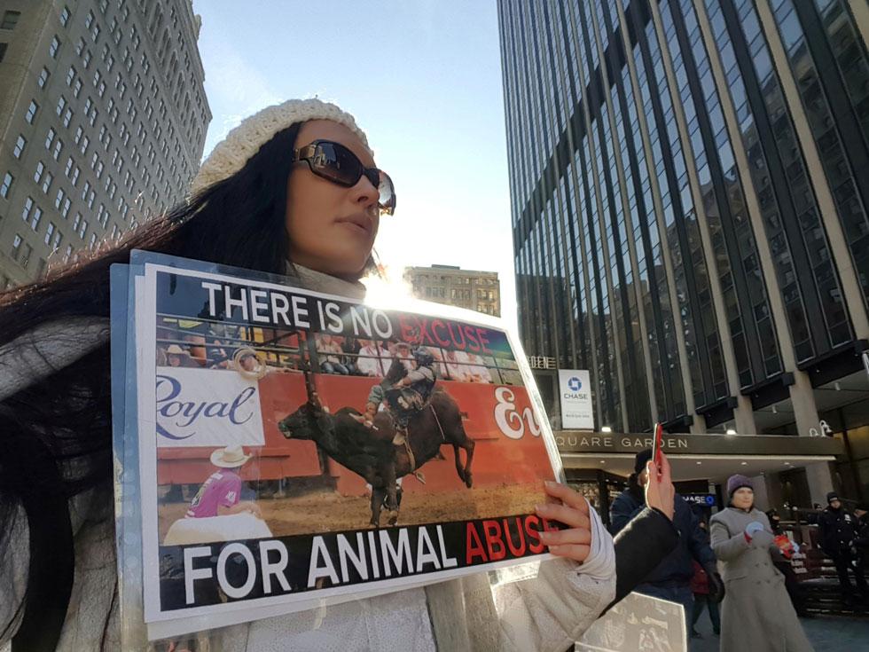 """""""הקושי האמיתי הוא לפגוש את הצד האפל ביותר של האנושות"""". במחאה למען בעלי החיים  (צילום: אלבום פרטי)"""